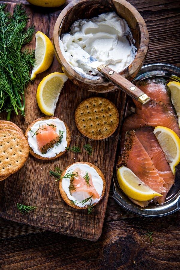 Salmone affumicato sano del brunch con la ricotta fotografia stock