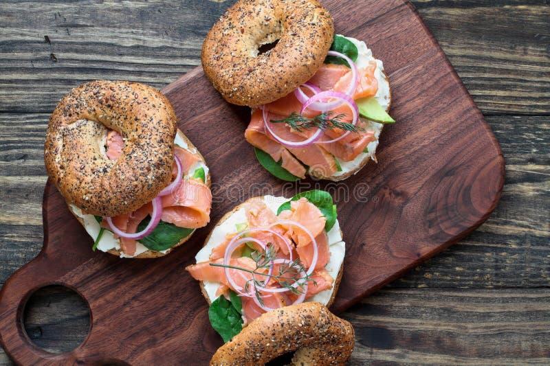 Salmone affumicato tutto bagel con il formaggio cremoso e del salmone affumicato immagine stock libera da diritti