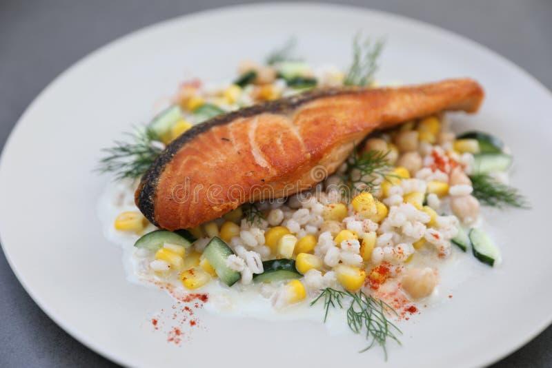 Salmone al forno con l'insalata degli strappi del lavoro del fagiolo fotografie stock