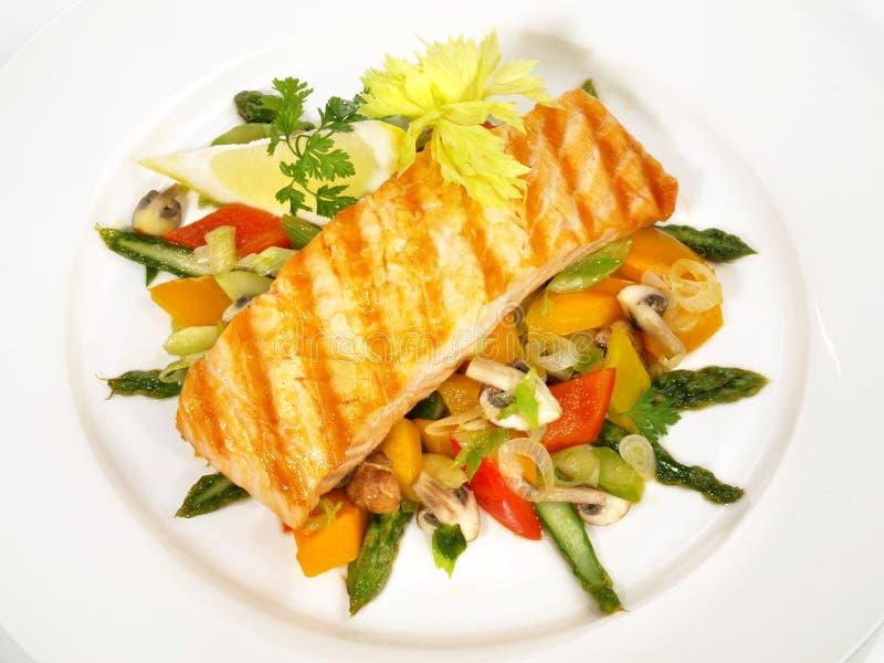 Salmone arrostito con asparago e le verdure verdi immagini stock libere da diritti