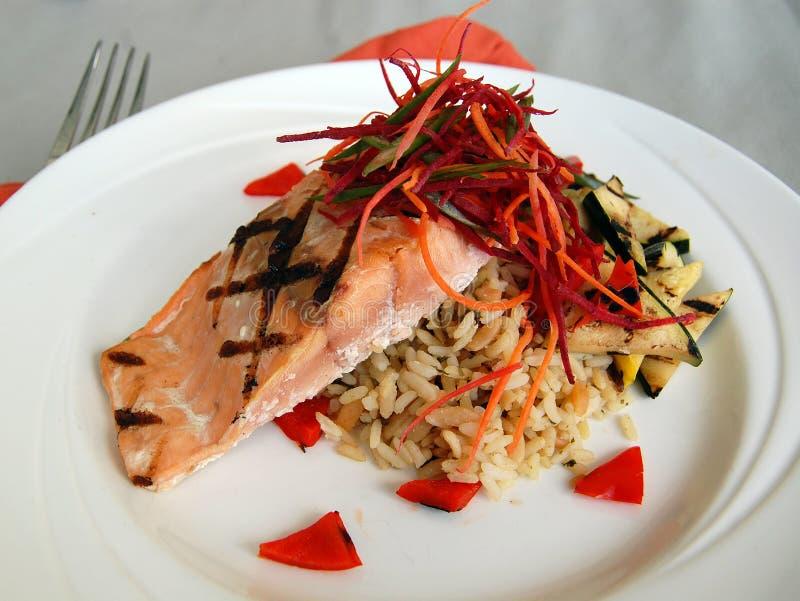 Salmone arrostito con il pilaf del riso e la zucca arrostita immagini stock