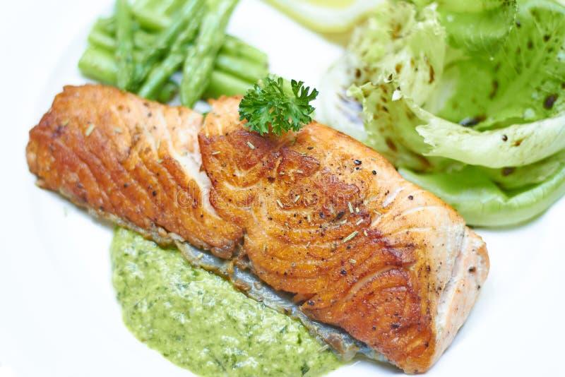 Salmone arrostito con il verde della salsa fotografia stock