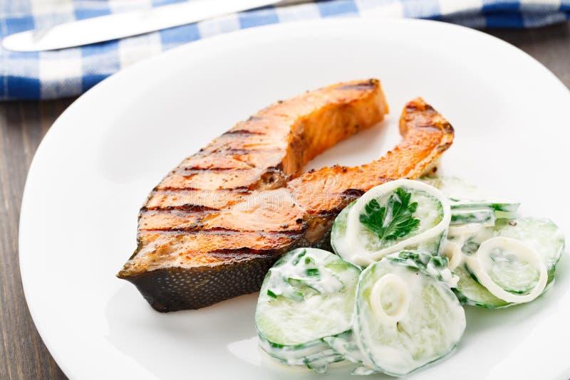 Salmone arrostito con l'insalata del cetriolo immagine stock