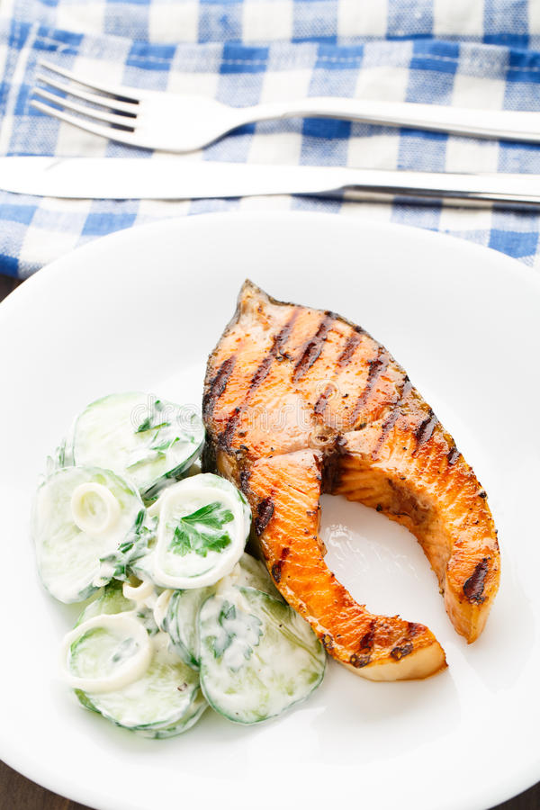 Salmone arrostito con l'insalata del cetriolo fotografia stock libera da diritti