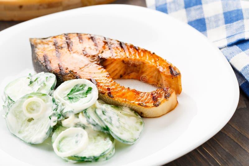 Salmone arrostito con l'insalata del cetriolo immagine stock libera da diritti