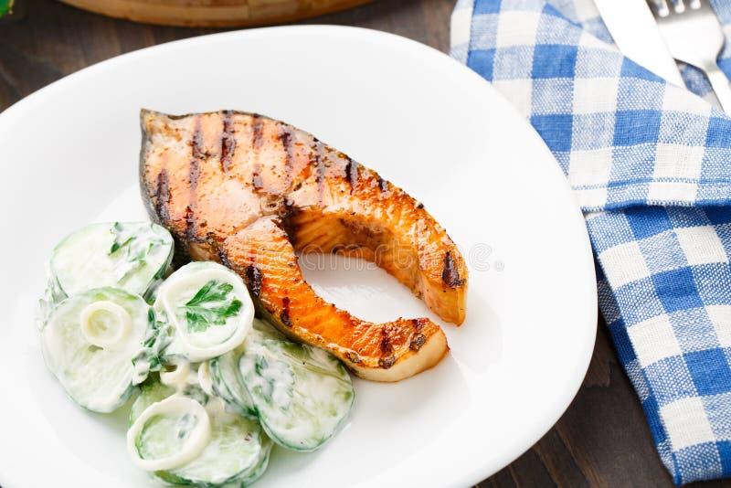 Salmone arrostito con l'insalata del cetriolo immagini stock