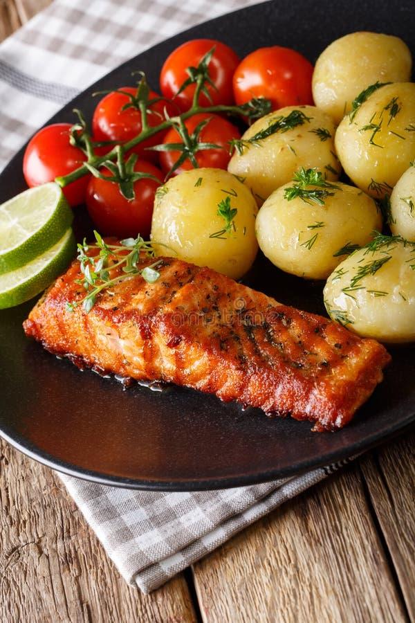Salmone arrostito e patate novelle bollite con i clo delle erbe e del burro immagine stock libera da diritti