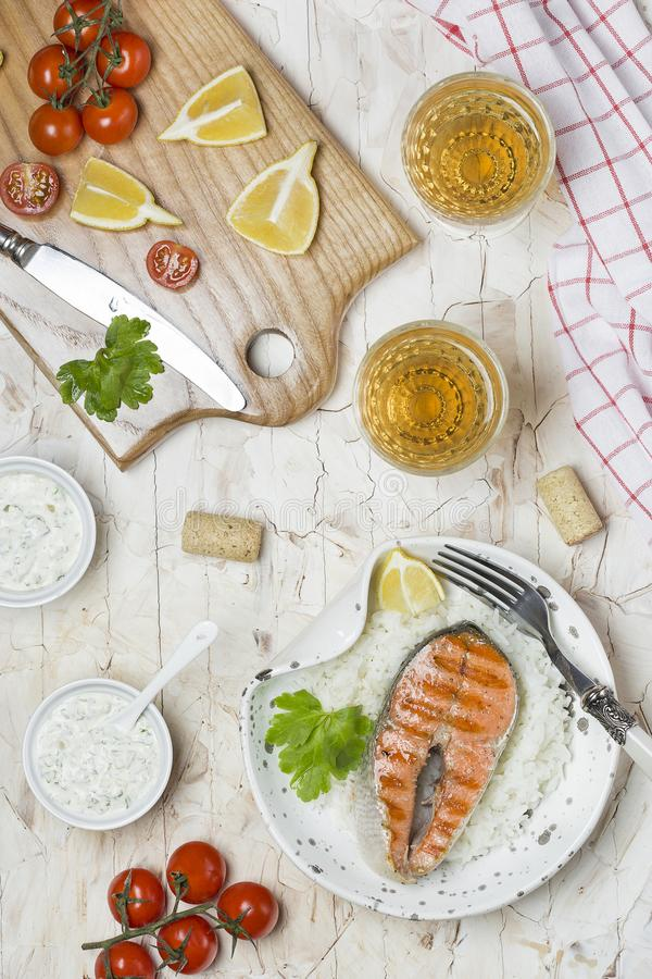 Salmone arrostito e vino bianco immagini stock