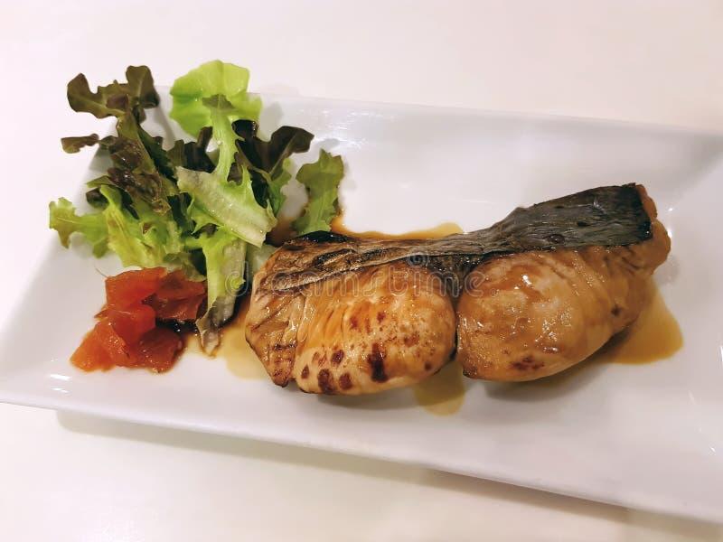 Salmone arrostito saporito con la salsa dolce di Teriyaki del giapponese sul piatto bianco immagine stock libera da diritti