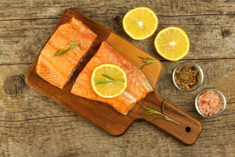 Salmone congelato sul tavolo da cucina Stia l'alimento a dieta Pesce di cottura domestica immagine stock