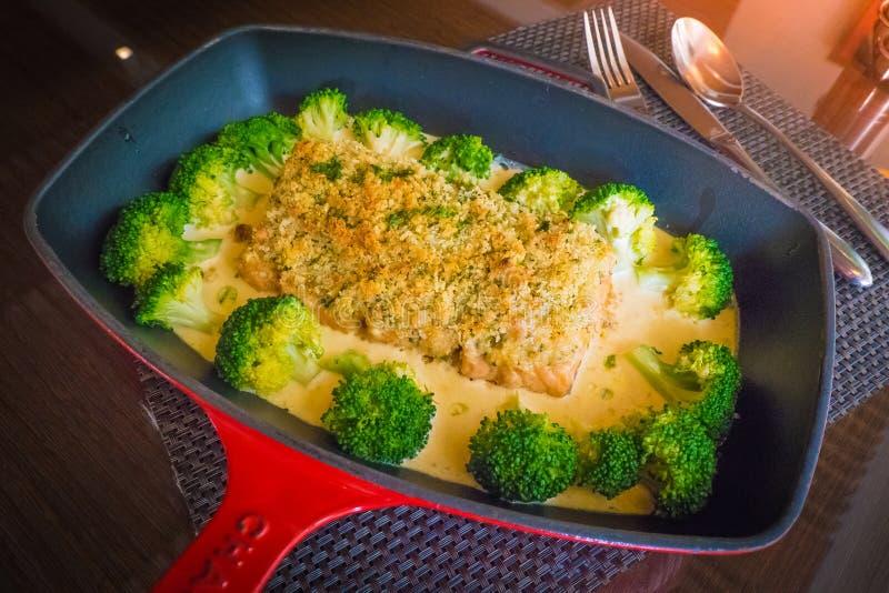 Salmone crostoso della mandorla fritta con la salsa della mandorla, fotografie stock