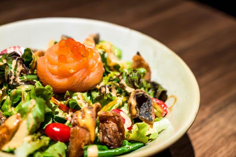 salmone crudo fresco con insalata di verdure fotografia stock libera da diritti