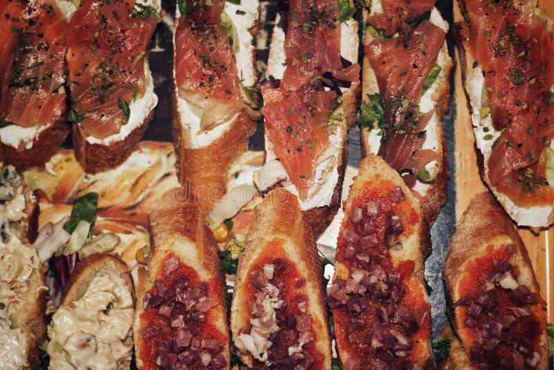 Salmone e panini al prosciutto fotografia stock