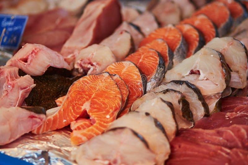 Salmone e tonno sul mercato degli agricoltori fotografie stock