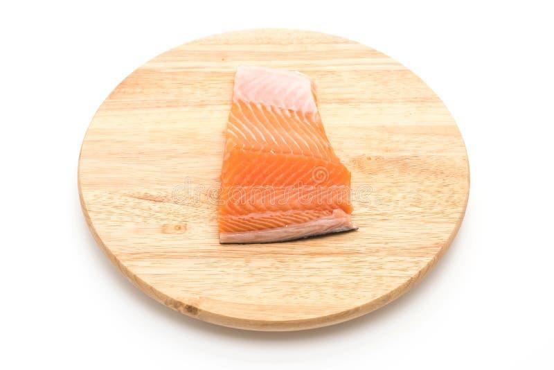 salmone fresco sul bordo di legno immagini stock