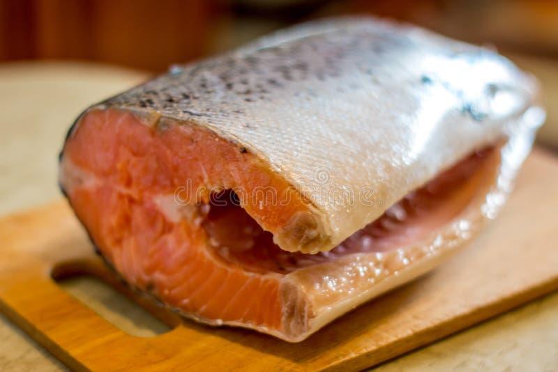 Salmone fresco sul tagliere fotografie stock