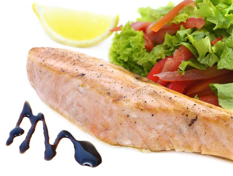 Salmone rosa con insalata immagini stock