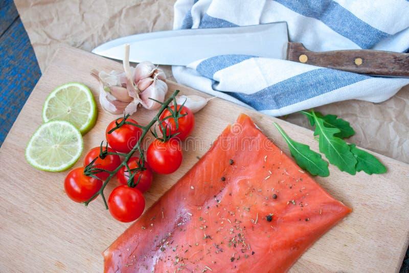 Salmone salato con le erbe, i pomodori e l'insalata fotografia stock