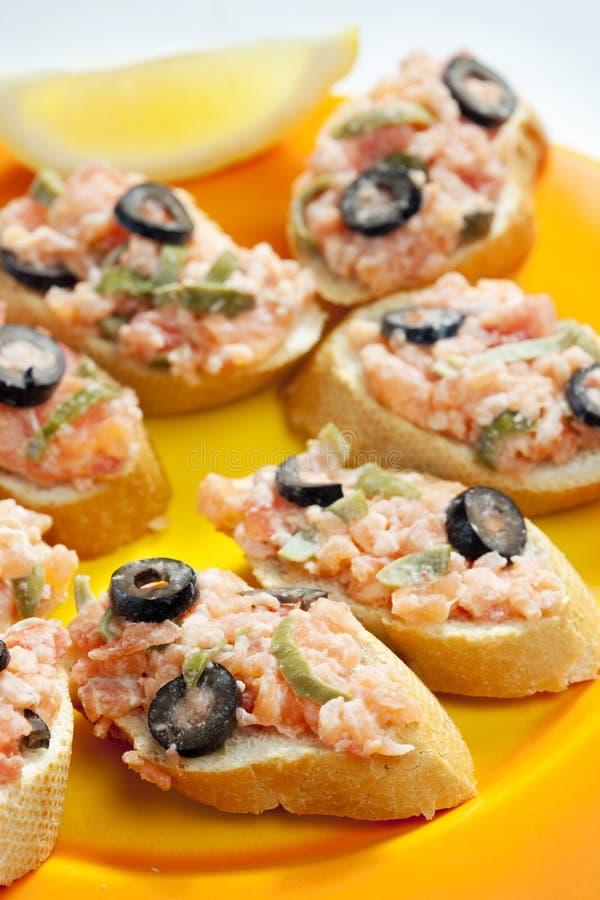 salmone tartaro con i capperi e le olive nere fotografia stock libera da diritti