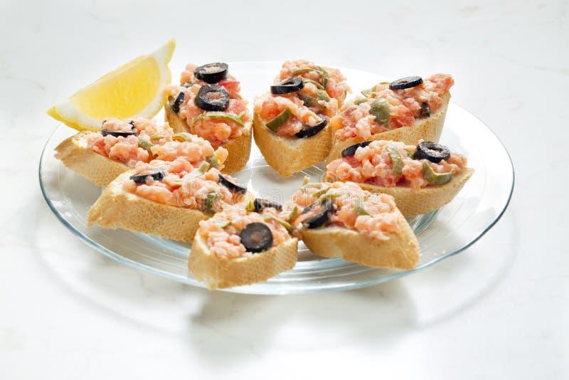 salmone tartaro con i capperi e le olive nere immagini stock libere da diritti