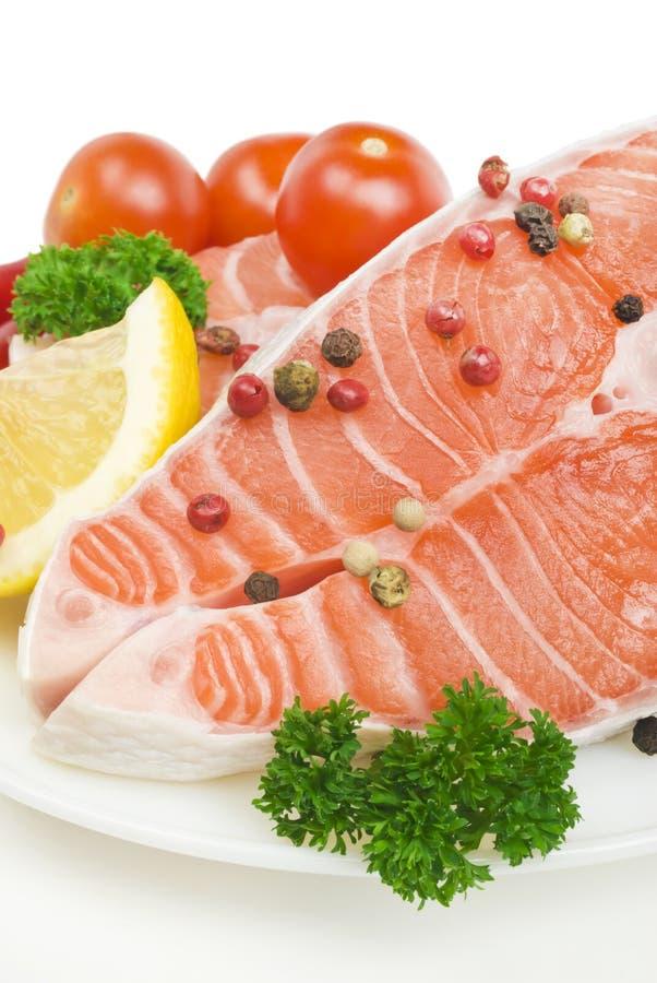 Salmone, verdure e spezie crudi fotografie stock