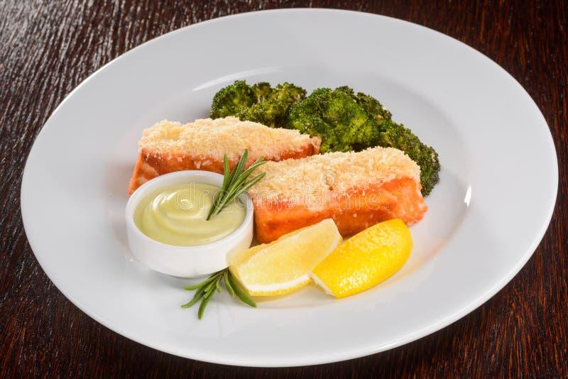 Salmones cocidos con bróculi fotos de archivo