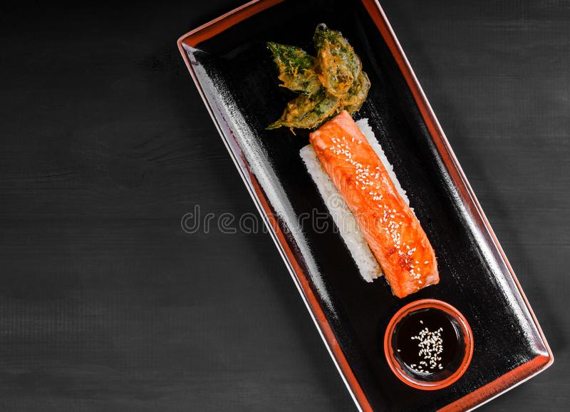 Salmones cocidos del prendedero con arroz y el physalis en fondo de madera Plato de pescados caliente Visión superior imágenes de archivo libres de regalías