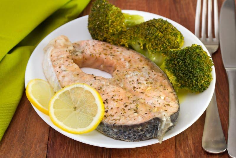 Salmones con bróculi imagenes de archivo