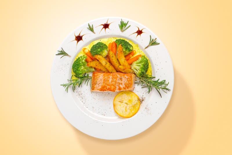 Salmones con la salsa de curry y las verduras frescas Visi?n superior fotografía de archivo libre de regalías