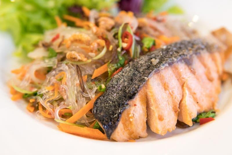 salmones con los fideos picantes y otros mariscos, mezcla tailandesa del oeste imagen de archivo