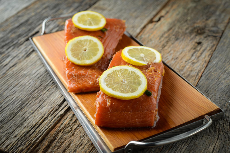 Salmones con los limones imagen de archivo