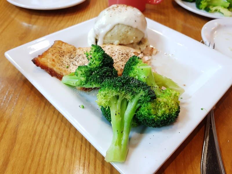 Salmones con los purés de patata y el bróculi foto de archivo