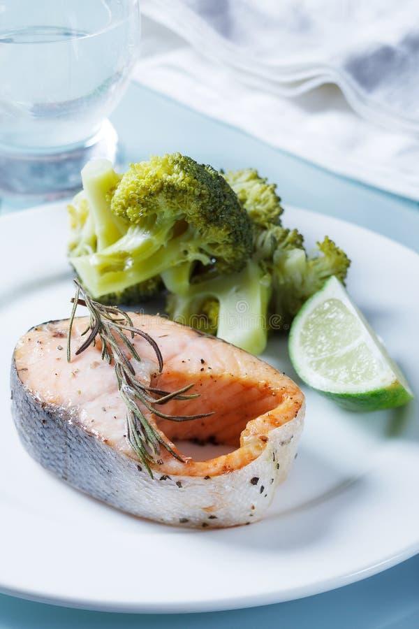 Salmones con romero y bróculi imagenes de archivo
