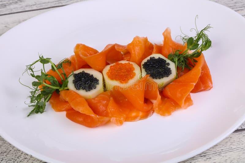 Salmones cortados con el caviar imagen de archivo libre de regalías