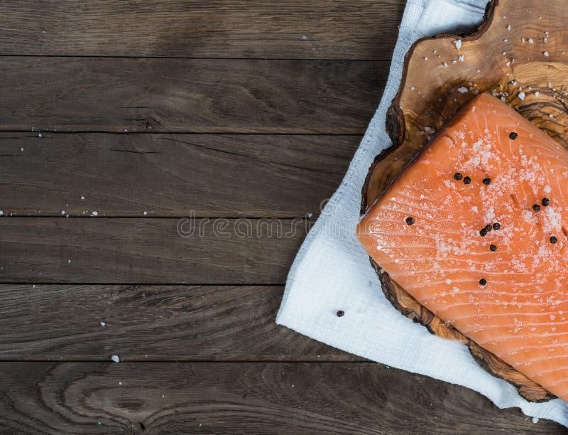 Salmones crudos con la sal y la pimienta imágenes de archivo libres de regalías