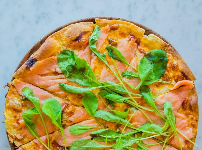 Salmones del humo de la pizza imagen de archivo