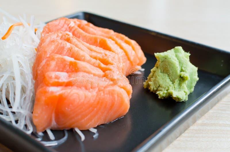 Salmones del Sashimi en la placa imágenes de archivo libres de regalías