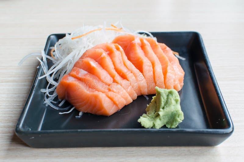 Salmones del Sashimi en la placa negra imagen de archivo libre de regalías