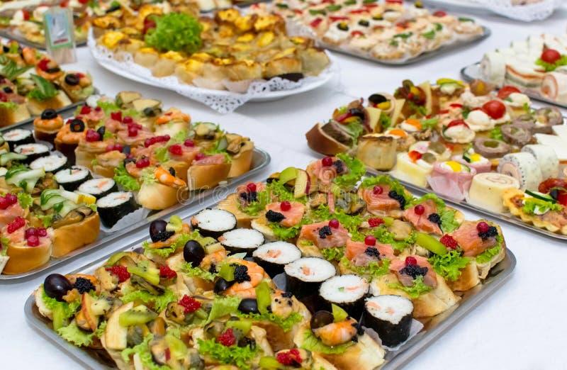 Salmones del sushi y rollos del caviar foto de archivo