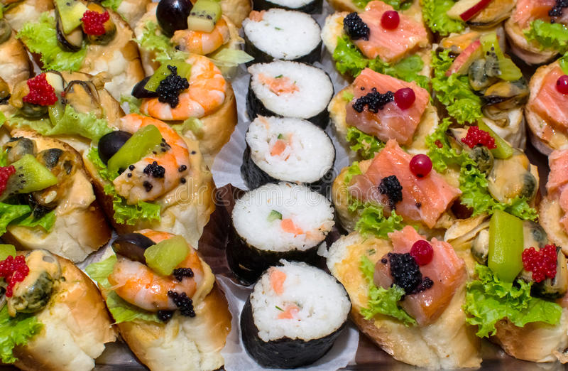 Salmones del sushi y rollos del caviar imagenes de archivo