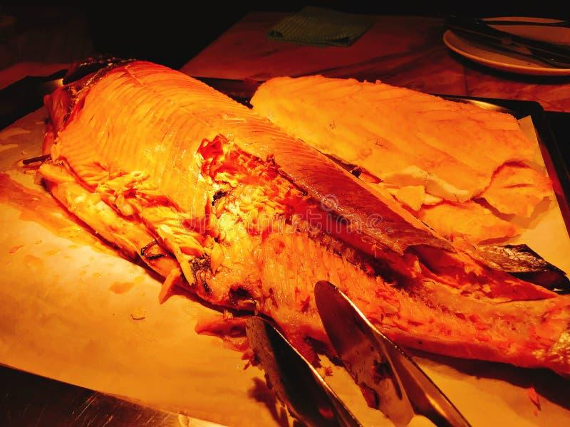 Salmones enteros asados a la parrilla en la comida fría del hotel foto de archivo