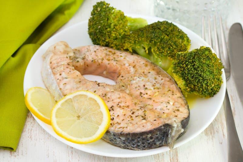 Salmones hervidos con bróculi foto de archivo