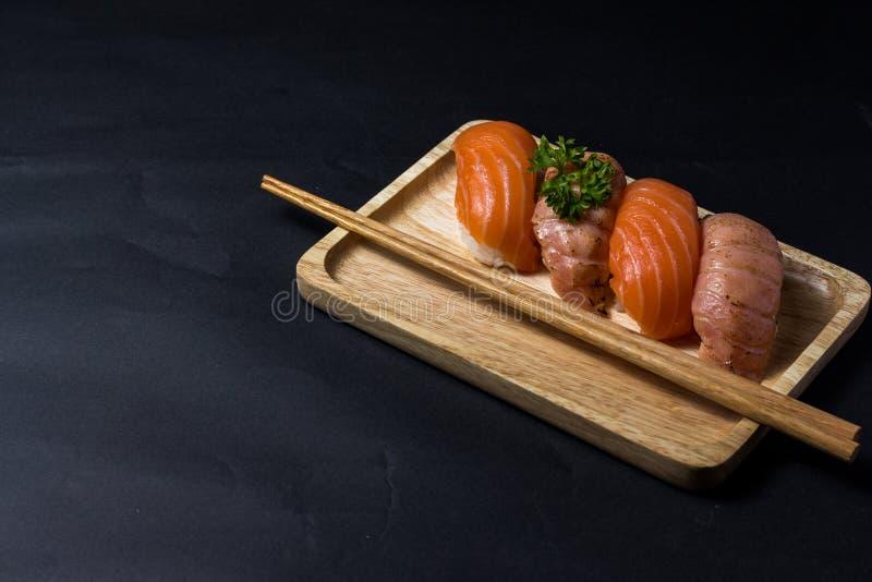 Salmones japoneses del sushi en negro imágenes de archivo libres de regalías