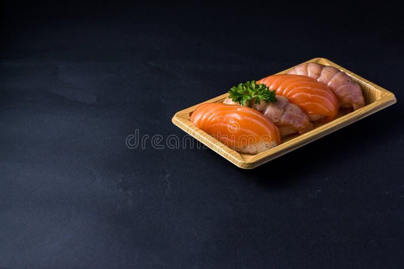 Salmones japoneses del sushi en negro fotos de archivo