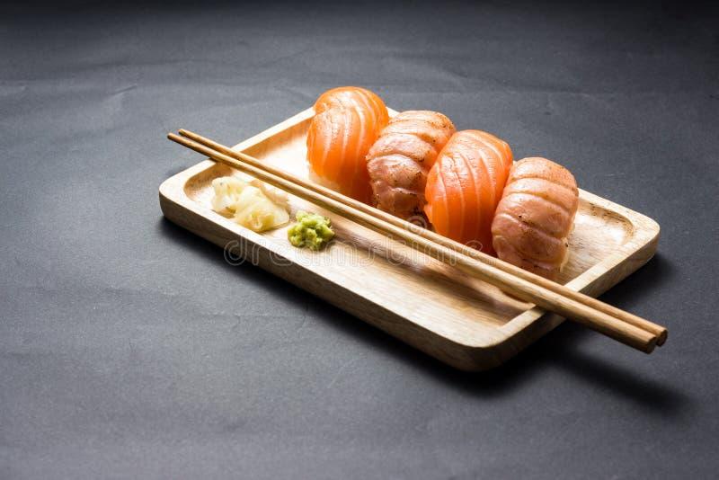 Salmones japoneses del sushi en negro imagenes de archivo