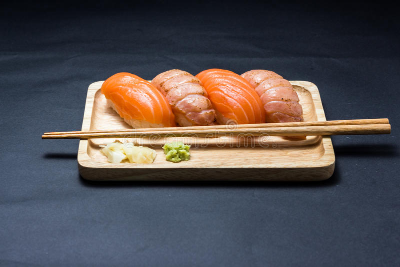 Salmones japoneses del sushi en negro fotografía de archivo