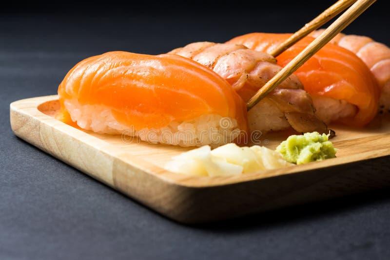Salmones japoneses del sushi en negro fotos de archivo libres de regalías