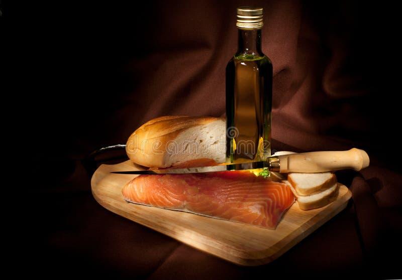 Salmones, pan y aceite de oliva imagen de archivo libre de regalías