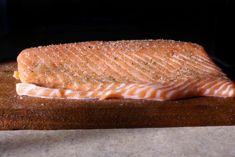 Salmones planked cedro imagenes de archivo