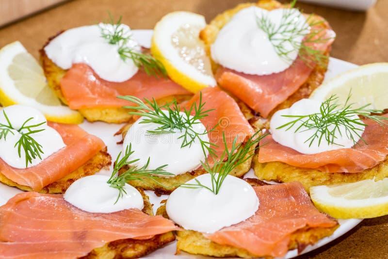 Salmones, yogur y patatas fotografía de archivo